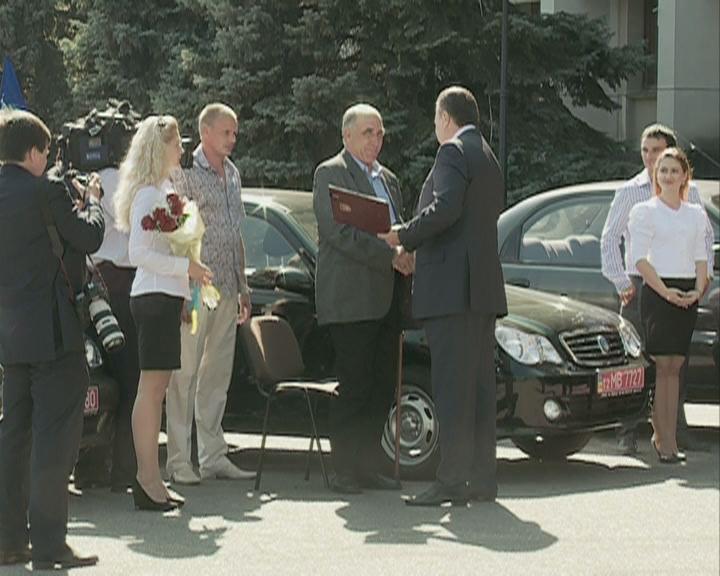 Президент  вручил одесским инвалидам шесть автомобилей