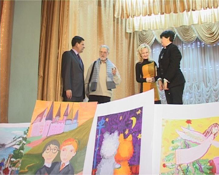 Алексей Костусев осмотрел работы, присланные юными художниками со всей области на конкурс «Цвета Одессы».