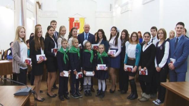 Мэр Одессы вручил подарки юным экологам