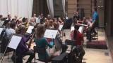 Камерным оркестром дирижирует Томас Мандль