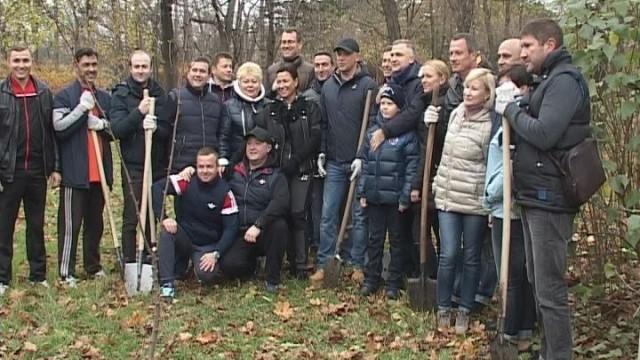 В парке Победы депутаты высадили деревья