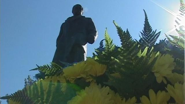 Мэр города возложил цветы к памятнику Шевченко