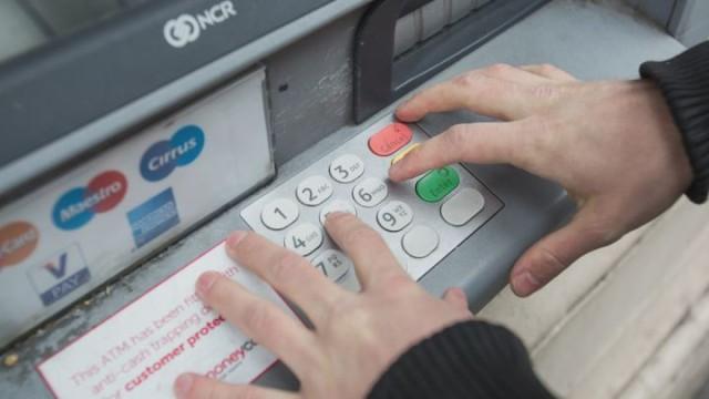 Защищаем деньги: мошенники «прячутся» в банкоматах