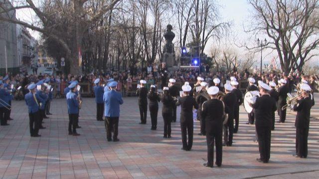 Духовые оркестры устроили концерт на Думской