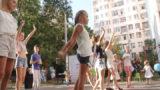 Жители Вузовского устраивают концерты во дворе