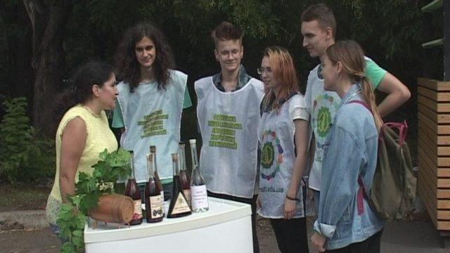 Старинное действо отжимания винограда
