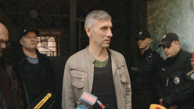 Олег Михайлик вышел к прессе в бронежилете