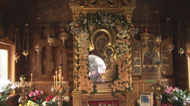 З щоки Діви Марії полилася кров…