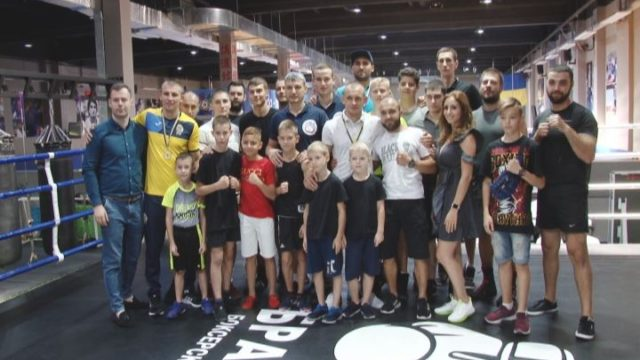 Візит чемпіонів до клубу «Брати»