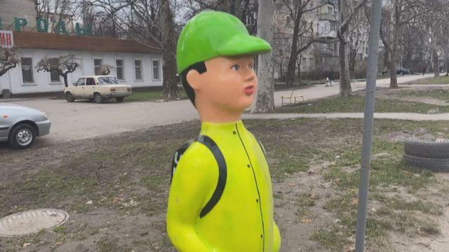 Безпека на дорогах: одесити висловилися  щодо манекенів «школярі на переході»